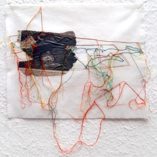FILI DI ATTUALITA#3 / newspaper sewing on fabric / 30×30 cm / 2006-2010